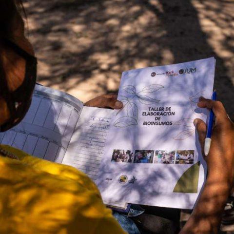 Taller de Elaboracion de Bioinsumo en la comunidad de Pitoos, Campo la China (52)
